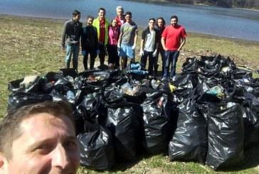Zeci de saci de mizerii adunati de tinerii social-democrati de pe malul Barajului (FOTO)