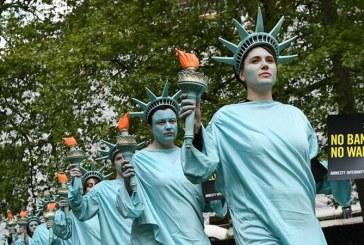 Londra: Protest cu 100 de Statui ale Libertatii pentru primele 100 de zile ale presedintiei Trump