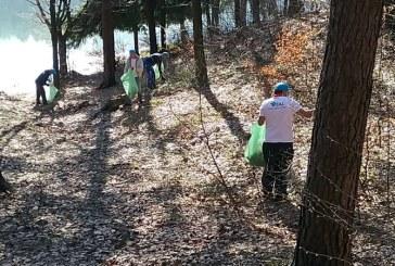 Angajatii S.C. VITAL, la actiunea de ecologizare a malurilor lacului de acumulare Stramtori Firiza (FOTO)