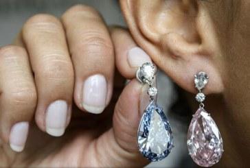 Setul de cercei, unul cu diamant albastru iar celalalt roz, vandut cu pretul record de 57 milioane de dolari