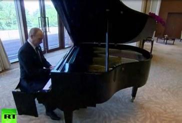 Aflat la Beijing, Putin a cantat la pian, in asteptarea omologului sau chinez