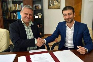 """Marinel Petreus a semnat contractul de management al Scolii Populare de Arta """"Liviu Borlan"""" Baia Mare"""