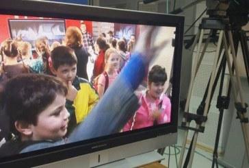 """Galerie Foto: Piticii de la Scoala """"Alexandru Ivasiuc"""" din Baia Mare au luat cu asalt platoul de filmare al lui Romeo Dobocan"""