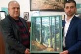 """Un tablou reprezentand """"Cascada Cailor"""" a fost oferit presedintelui Consiliului Judetean de catre Fundatia Uniunea Hutulilor"""