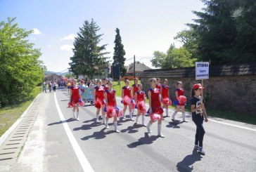 "(GALERIE FOTO) Inedit: 120 de majorete au participat la parada stradala din Tautii Magheraus in deschiderea concursului ""Sport si eleganta drum spre performanta"""