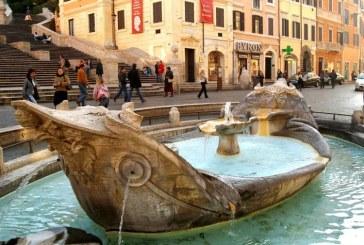 Turistii care mananca pe bordurile fantanilor antice din Roma risca amenzi de cateva sute de euro