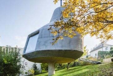 Un arhitect ceh a construit o casa sprijinita pe un pilon intr-o livada din Praga pentru a nu afecta mediul