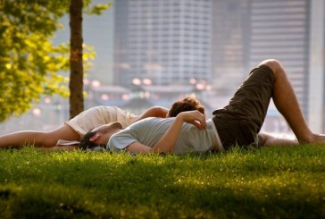 Studiu: Mirosirea hainelor purtate de persoana iubita ajuta la scaderea nivelului de stres