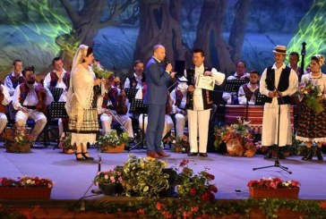 """Dumitru Dobrican si Florentina si Petre Giurgi au fost sarbatoriti in cadrul Festivalului National de Folclor """"Ion Petreus"""""""