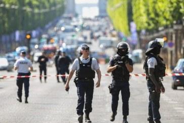 (Foto)Franta: O persoana arestata dupa ce un automobil a percutat un vehicul al jandarmeriei in centrul Parisului