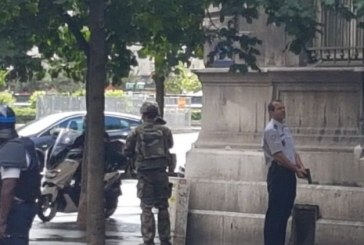 (FOTO) Un politist a fost ranit la Paris intr-un atac cu arma alba in fata Catedralei Notre Dame