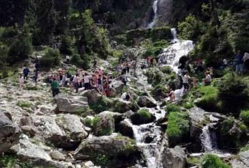 Mii de turisti au vizitat cascada Cailor din Borsa (FOTO)