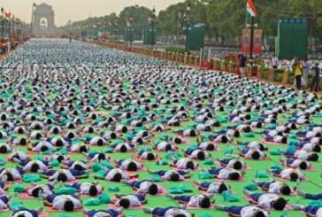 Mii de indieni s-au reunit miercuri dimineata, la New Delhi, pentru a celebra Ziua Internationala Yoga