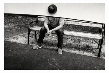 Imaginea zilei: Barbat stand pe banca (foto: Horia Sabou)