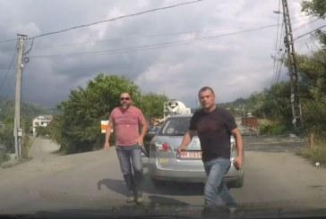 Din trafic: Sofer agresat de doi barbati la Borsa (VIDEO)