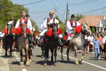 """Festivalul """"Joc si cantec pe Valea Ronisoarei"""" si """"Intalnirea fiilor satului"""" au animat, duminica, comuna Rona de Jos (FOTO)"""
