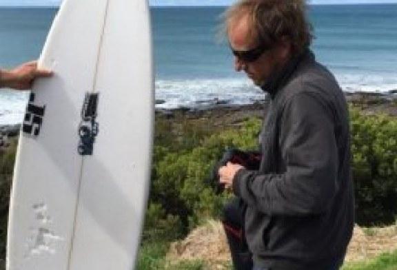 """Un australian si-a folosit placa de surf pentru a evita un rechin alb care """"voia sa se joace"""""""