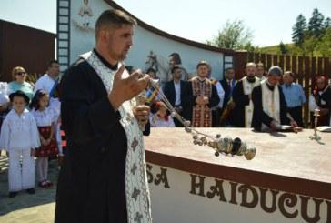 Masa Haiducului Pintea construita in Sacel a fost sfintita de un sobor de preoti (FOTO)