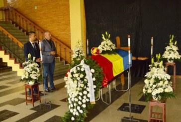 Coroana de flori depusa de executivul Consiliului Judetean in memoria profesorului Lascar Pana (FOTO)