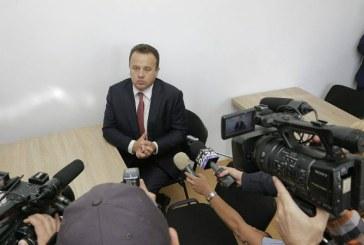 Ministrul Liviu Pop s-a intors la scoala. In banca de la perete (FOTO)