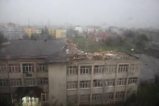 Scoala din Baia Mare, devastata de vijelie (FOTO)
