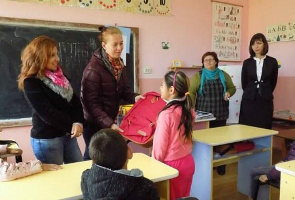13 ghiozdane oferite pentru elevii romi din Salsig