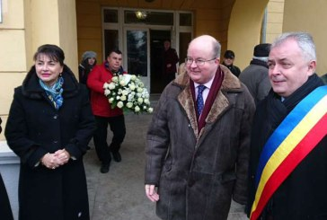 """ Ambasadorul Marii Britanii a recitat """"Lacul"""", de Mihai Eminescu, langa Ipotesti, de Ziua Culturii Nationale"""