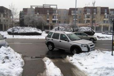 TUPEU: Cu Land Rover-ul, in fata Prefecturii, blocand calea de acces