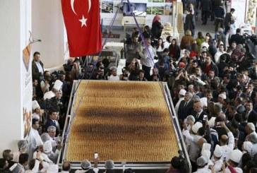 O baclava gigant, demna de Cartea Recordurilor, preparata de un grup de cofetari din Turcia