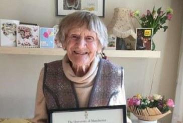 O britanica in varsta de 101 ani a intrat in posesia diplomei de licenta dupa 80 de ani de la absolvire