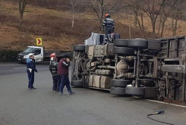 Accident: Un tir s-a rasturnat pe Mesteacan (FOTO)