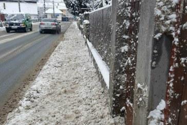 Baimareni revoltati! Au curatat trotuarele, iar drumarii l-au acoperit cu zapada din nou (FOTO)