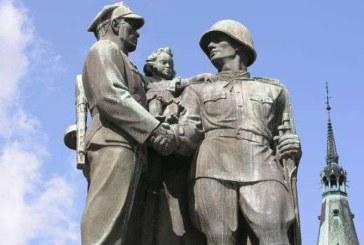 """AFP: Polonia isi arunca la """"groapa de gunoi a istoriei"""" monumentele comuniste"""