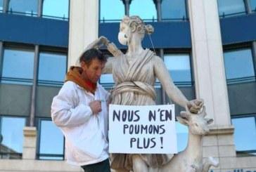 Masti de protectie au fost puse pe gura statuilor pentru a denunta poluarea aerului in Franta
