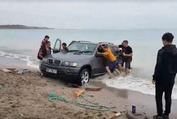 Cu bolidul de lux pe plaja. Masina a ramas blocata in mare (VIDEO)