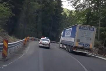 De pe Facebook: Masina a Politiei, surprinsa in timp ce depaseste un tir pe linie continua, in Pasul Gutai (VIDEO)