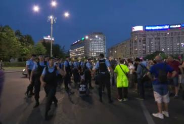 Incidente in Piata Victoriei: protestatarii au spart cordonul jandarmilor si au vrut sa intre in curtea Guvernului.
