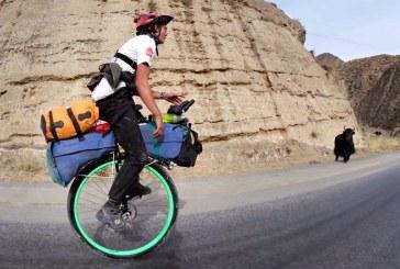 Primul om care a facut turul lumii pe un monociclu s-a intors acasa