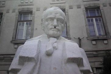 """Svastica pe statuia din fata liceului """"Gheorghe Sincai"""" Baia Mare (FOTO)"""