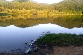 (FOTO) Frumosul Baraj Firiza, plin de gunoaie si resturi menajere. Autoritatile locale asista nepasatoare la poluarea lacului