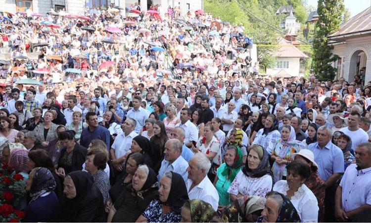 SARBATOARE: Avalansa de credinciosi la hramul Manastirii Rohia (FOTO)