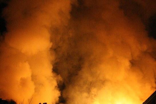 Baia Mare: Autoturism distrus după ce un corp de iluminat stradal a luat foc