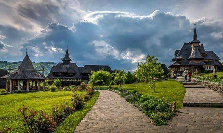 Maramures: Turistii prefera pensiunile din satele cu biserici vechi din lemn pentru minivacanta de Paste