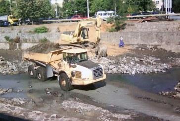 Se lucreaza intens pe raul Sasar din Baia Mare (FOTO)