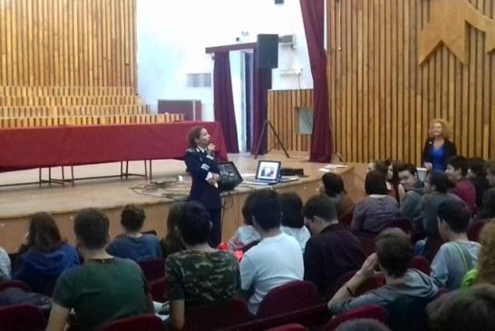 Politistii maramureseni au marcat Ziua Europeana de Lupta Impotriva Traficului de Persoane impreuna cu elevii Colegiului de Arte Baia Mare