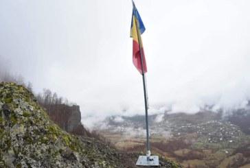 CU OCAZIA CENTENARULUI – Inedit: Drapelul Romaniei, arborat pe pe un munte de langa Cavnic (FOTO)