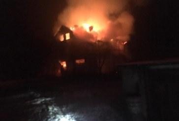 VIDEO – Casa si garajul din Cicarlau au ars ca niste torte, seara trecuta. Flacarile au distrus acoperisul casei