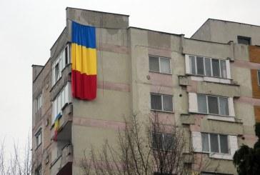 Imaginea zilei: Drapel urias pe un bloc din Baia Mare
