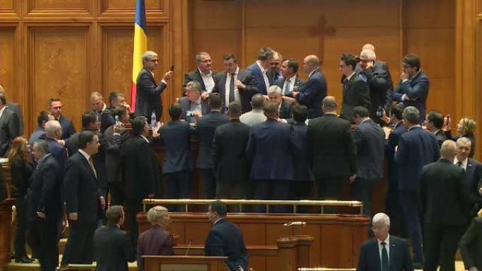VIDEO - Scandal in Parlament. Opozitia a cerut revocarea lui Dragnea de la sefia Camerei, insa Iordache a refuzat