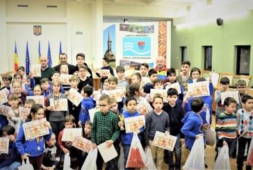 """Cupe, medalii, diplome si cadouri pentru elevii participanti la concursul de sah """"Cupa Centenar"""" (FOTO)"""